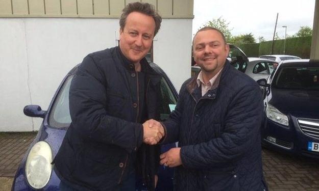 David Cameron ze sprzedawcą - w tle zakupiona Micra /