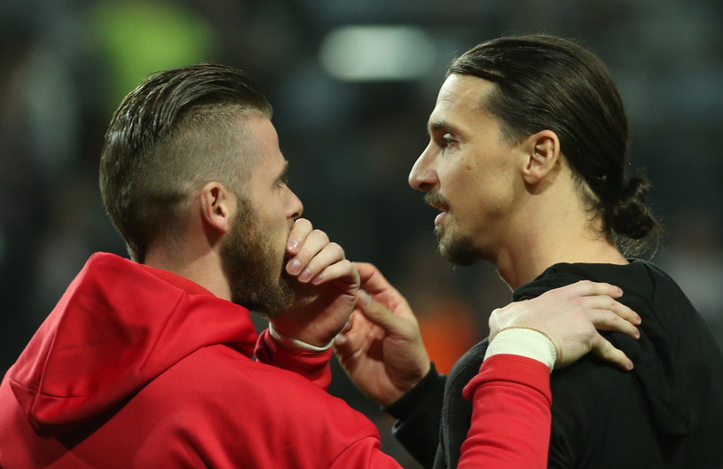 David De Gea (z lewej) w rozmowie ze Zlatanem Ibrahimoviciem /AFP