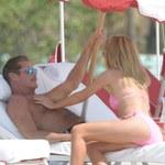David Hasselhoff i jego młoda dziewczyna zabawiają się na plaży!