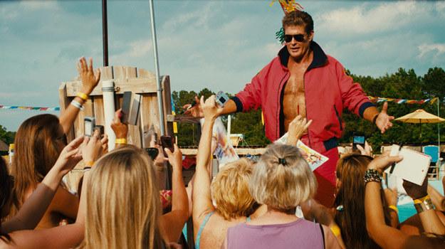 """David Hasselhoff w scenie z filmu """"Pirania 3DD"""" /materiały dystrybutora"""