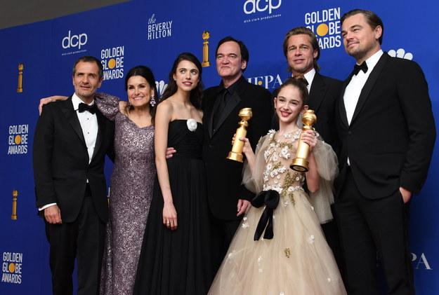 "David Heyman, Shannon McIntosh, Margaret Qualley, Quentin Tarantino, Brad Pitt, Julia Butters i Leonardo DiCaprio pozują z nagrodą dla ""Pewnego razu w Hollywood"" /CHRISTIAN MONTERROSA /PAP/EPA"