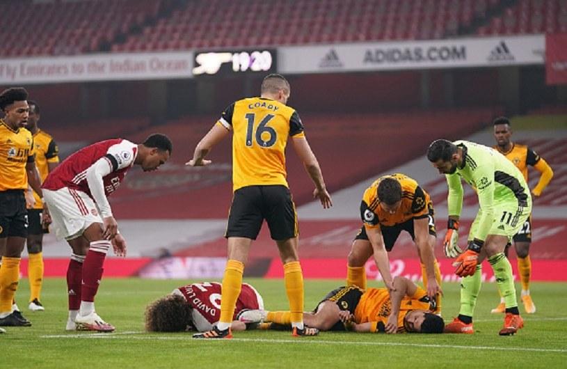 David Luiz (leży w czerwonej koszulce) i Raul Jimenez (leży w żółtej koszulce) poważnie ucierpieli na początku meczu /John Walton / POOL /Getty Images