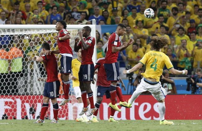 David Luiz zdobywa bramkę /PAP/EPA/TOLGA BOZOGLU /PAP/EPA