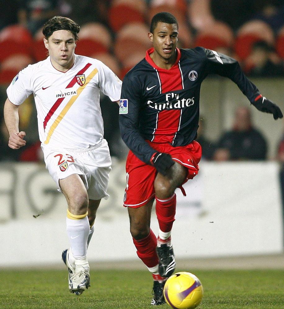 David N'Gog (po prawej) w barwach Paris St. Germain w wyścigu do piłki z Nenadem Kovaceviciem z Lens podczas meczu ligi francuskiej /PHILLIPPE PERUSSEAU /PAP/EPA