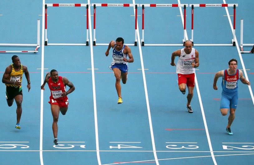 David Oliver wygrywa bieg, Artur Noga finiszuje na trzecim torze /AFP