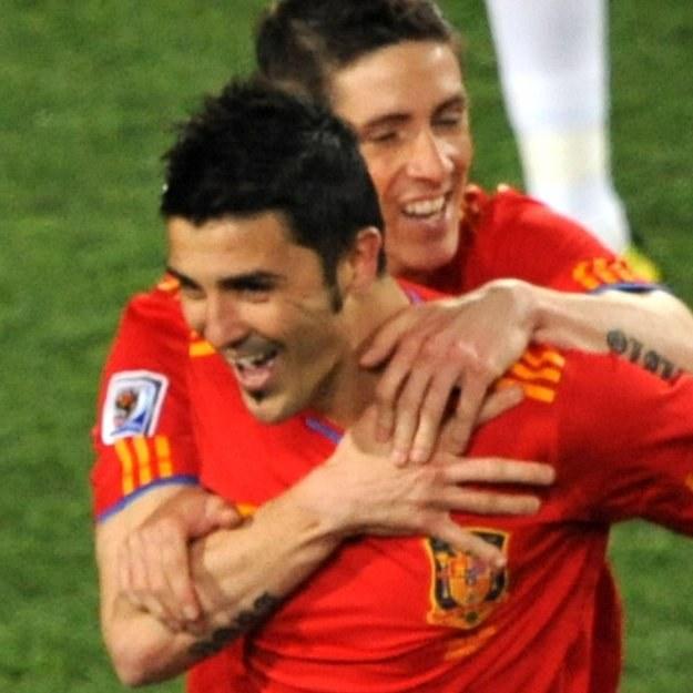 David Villa odbiera gratulacje Fernando Torresa, ale powinien wylecieć z boiska. /AFP