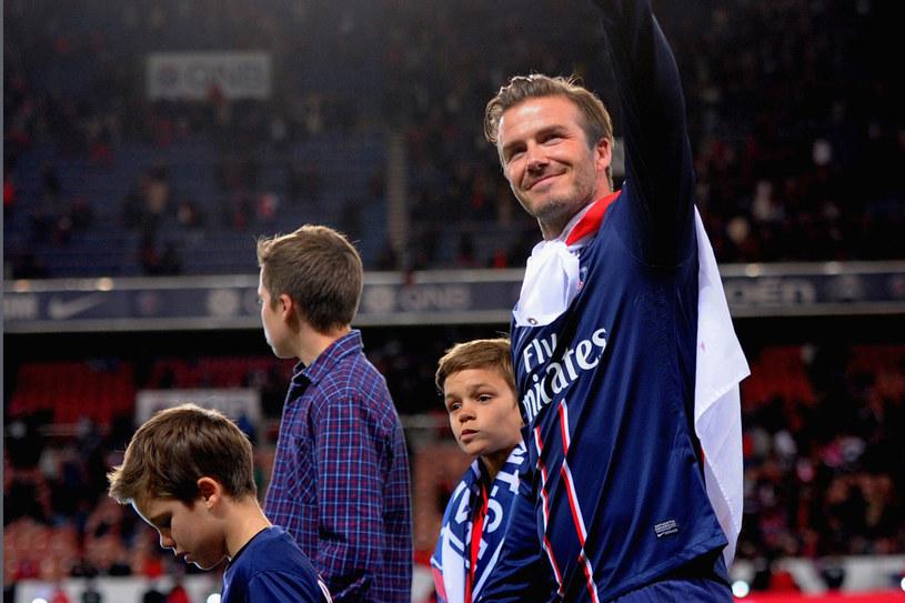 David żegna się z fanami po meczu drużyn Paris Saint-Germain z Brest 18 maja. Na boisku towarzyszą mu synowie Romeo i Cruz, którzy chcą pójść w ślady taty /Getty Images/Flash Press Media