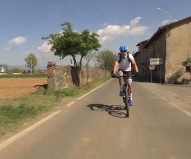 Davide Martinelli rozwozi leki w swojej miejscowości. Wideo