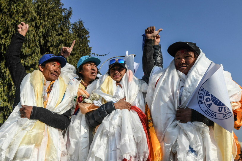 Dawa Tenjin Sherpa (L) Mingma Gyalje Sherpa (2L), Nirmal Purja (R) i Pem Chhiri Sherpa po powrocie z zimowego zdobycia K2. Fot. PRAKASH MATHEMA /East News