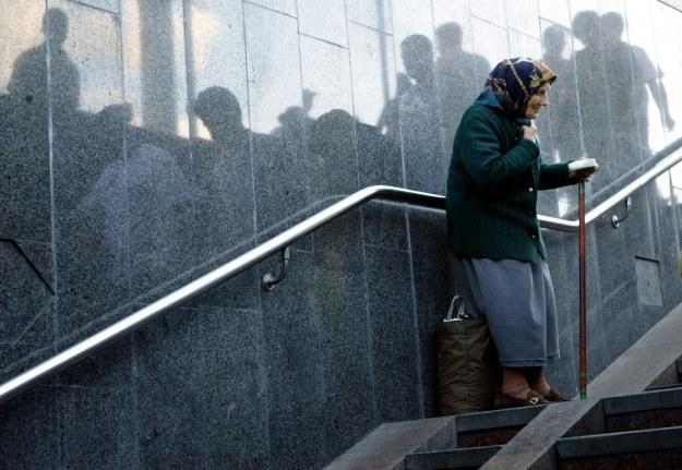 Dawanie żebrzącym pieniędzy do ręki nie rozwiązuje ich problemów /AFP