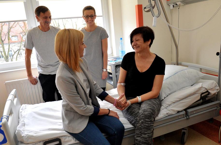 Dawca - Aurelia Miszczak (P) i biorca - Adam Miszczak (L) z córkami Karoliną Ciszewską (2L) i Pauliną Łentek (2P) w szczecińskim szpitalu /Marcin Bielecki /PAP