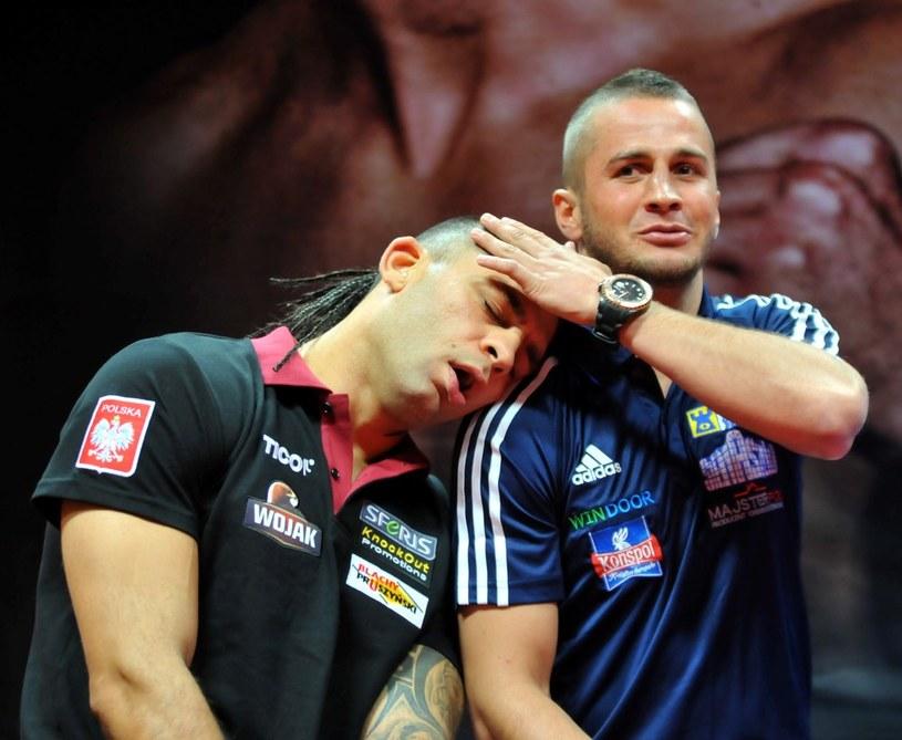 """Dawid """"Cygan"""" Kostecki (z lewej) i Michał Chudecki na konferenci prasowej /M. Lasyk /Reporter"""