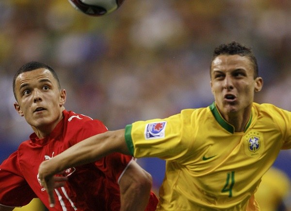 Dawid Janczyk (z lewej) i David Luiz. Jeden jest dziś w Sandecji Nowy Sącz, drugi w Paris Saint-Germain /AFP