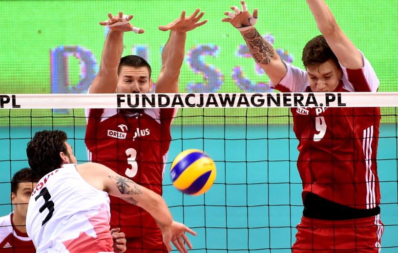 Dawid Konarski i Bartłomiej Lemański blokują atak Stevena Marshalla /fot. Jacek Bednarczyk /PAP