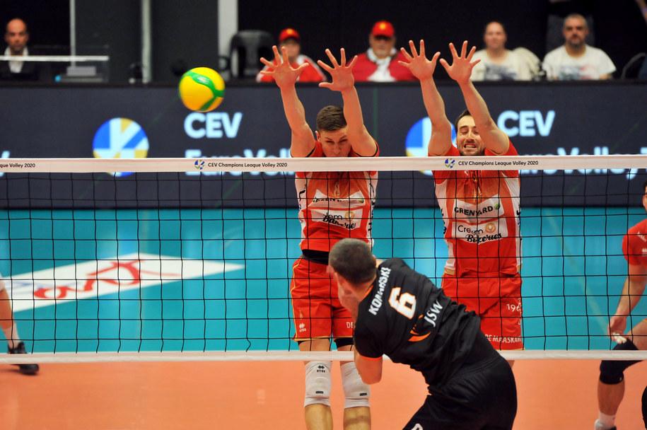 Dawid Konarski w ataku podczas meczu z drużyną Masseik /CEV /
