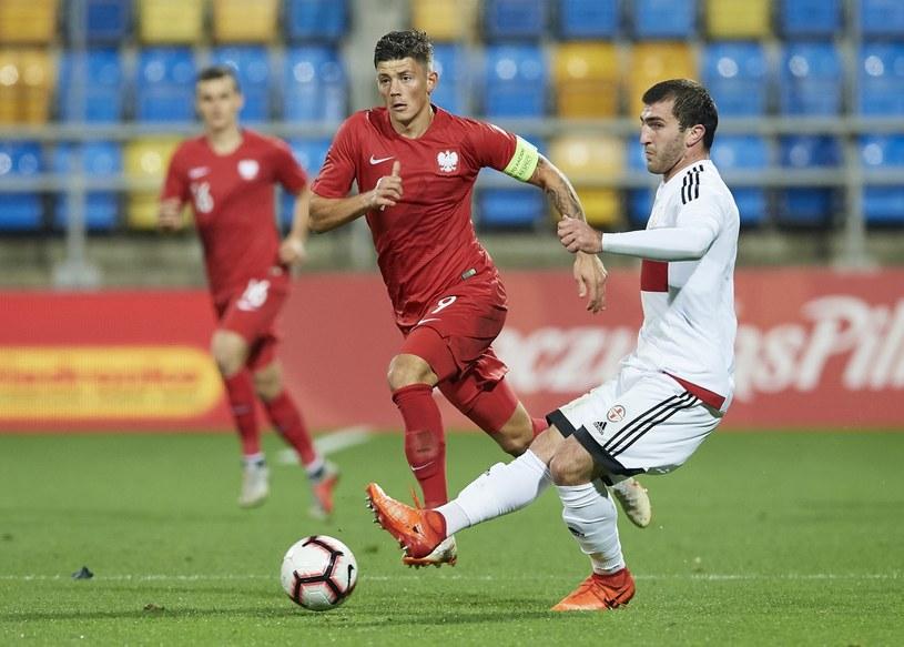Dawid Kownacki (C) i Giorgi Kantaria (P) z Gruzji podczas meczu eliminacyjnego piłkarskich mistrzostw Europy U-21 /Adam Warżawa /PAP