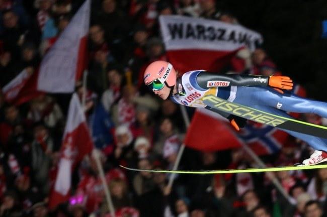 Dawid Kubacki podczas konkursu drużynowego Pucharu Świata w skokach narciarskich na Wielkiej Krokwi w Zakopanem /Grzegorz Momot /PAP