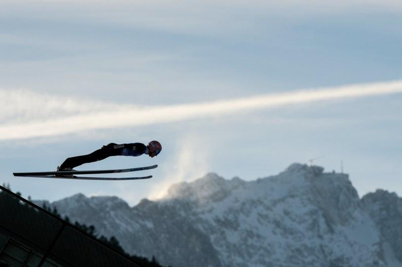Dawid Kubacki w locie nad Garmisch-Partenkirchen. /CHRISTIAN BRUNA /PAP
