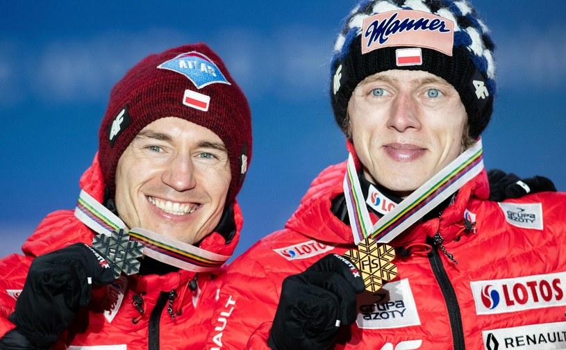 Dawid Kubacki (z prawej) i Kamil Stoch na podium mistrzostw świata w Seefeld /AFP
