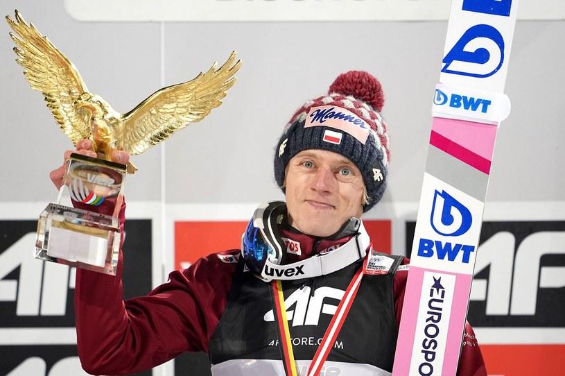 Dawid Kubacki z trofeum za zwycięstwo w Turnieju Czterech Skoczni /AFP