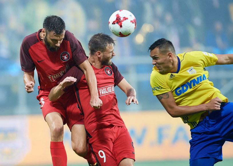 Dawid Sołdecki (z prawej) oraz Tim Sparv (z lewej) z FC Midtjylland podczas pierwszego meczu trzeciej rundy kwalifikacji Ligi Europy /Adam Warżawa /PAP