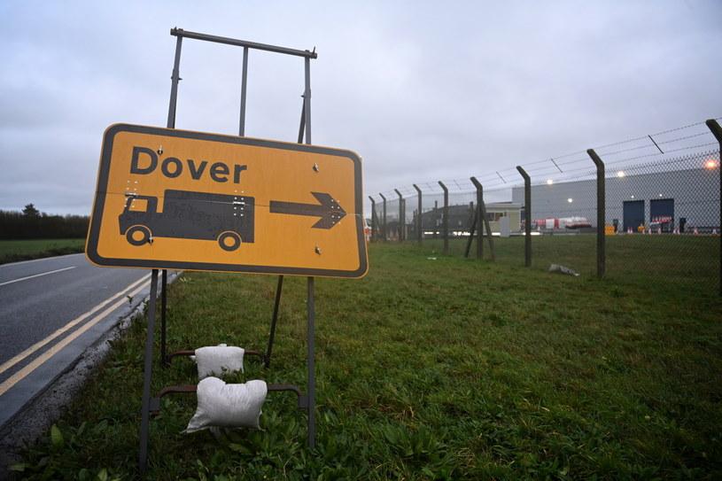 Dawne lotnisko Manston przez ostatnie kilka dni było wykorzystywane jako parking dla kilku tysięcy ciężarówek /PAP/EPA