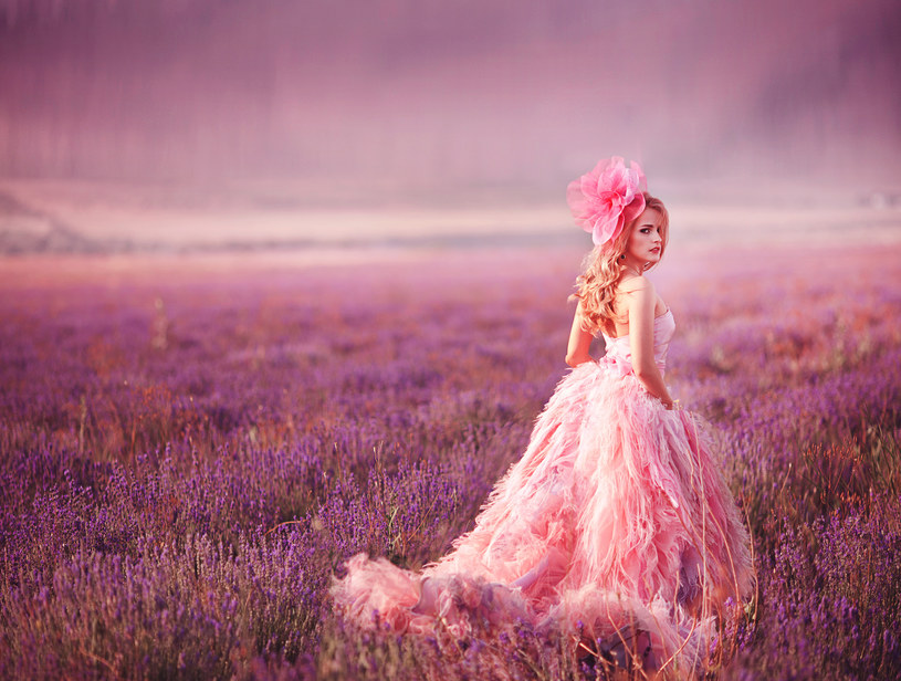 Dawniej na porządku dziennym był widok młodej panny w barwnej lub wzorzystej sukni /materiały prasowe