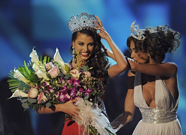 Dayana Mendoza, Miss Universe 2008, zakłada koronę miss na głowę Stefanii Fernandez /AFP