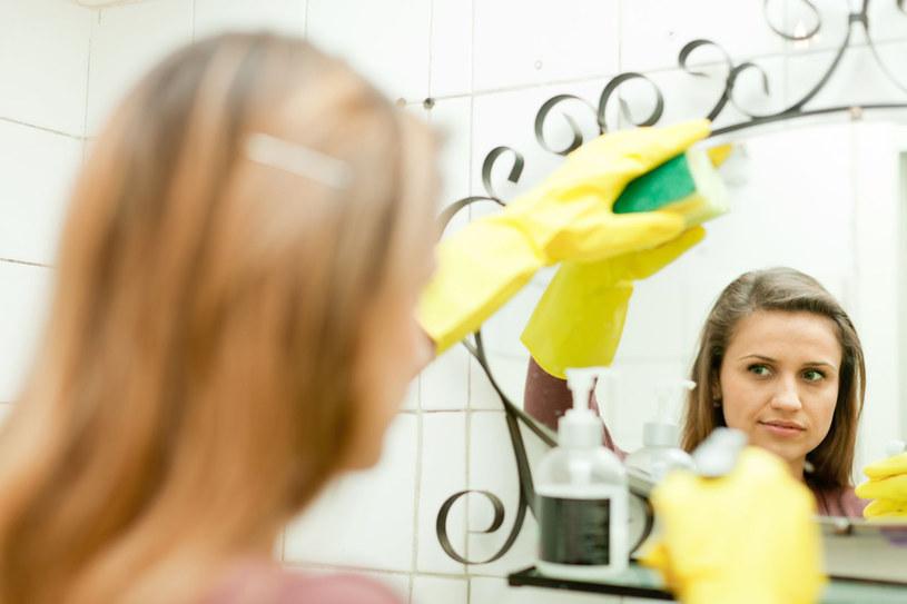 Dbaj, by wszystkie lustra i szyby w twoim domu były idealnie czyste /123RF/PICSEL