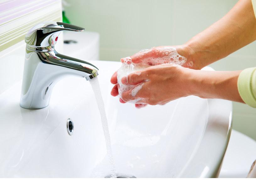 Dbaj o czystość umywalki /123RF/PICSEL