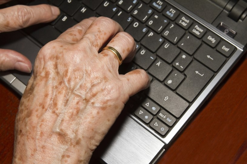Dbajmy o bezpieczeństwo w sieci. Na hejterskie ataki narażeni są głównie seniorzy, ci zaczynający przygodę z social mediami, jak i najmłodsze dzieci, którym brak odporności psychicznej /123RF/PICSEL
