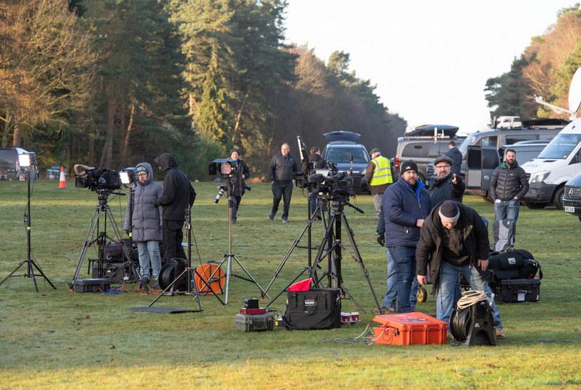 Decyzja Meghan i Harry'ego budzi ogromne emocje. Przed posiadłością rozstawili się dziennikarze /SplashNews.com/East News /East News