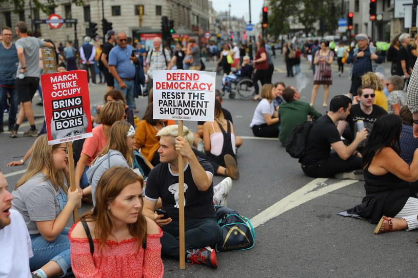 Decyzja premiera Borisa Johnsona o zawieszeniu parlamentu wywołała protesty w Wielkiej Brytanii. Na zdjęciu demonstranci w Londynie blokują ruch w okolicach Trafalgar Square, 31.08.2019. /VICKIE FLORES /PAP/EPA