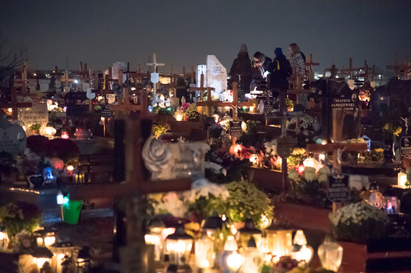 Decyzją rządu cmentarze zostały zamknięte (na zdj. odwiedzający groby 30.10.2020) /Wojciech Strozyk/REPORTER /Reporter