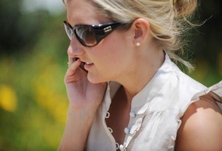 Decyzje KE przyprawiają operatorów o ból głowy /AFP