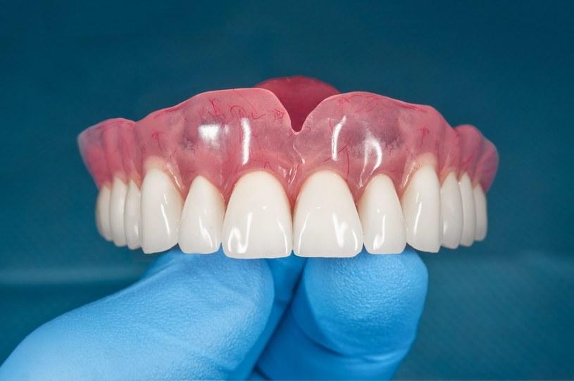 Decyzję o założeniu protezy podejmuje stomatolog /123RF/PICSEL