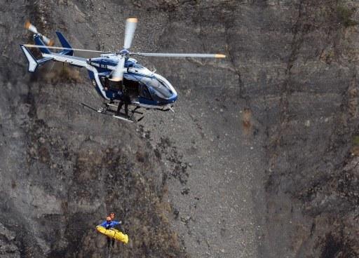 Decyzję o zmianie przepisów przyspieszyła katastrofa airbusa w Alpach /ANNE-CHRISTINE POUJOULAT /AFP