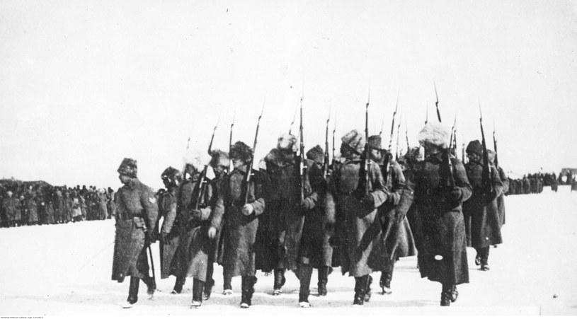 Defilada 5 Dywizji Strzelców Polskich w Nowonikołajewsku /domena publiczna