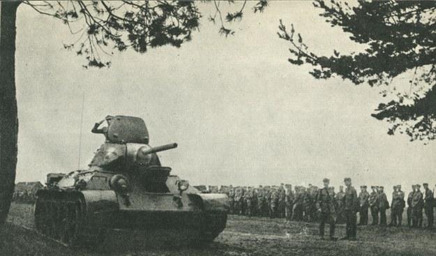 Defilada czołgów po przysiędze żołnierzy 1. Dywizji Piechoty im. T. Kościuszki, 15 lipca 1943 /materiały prasowe