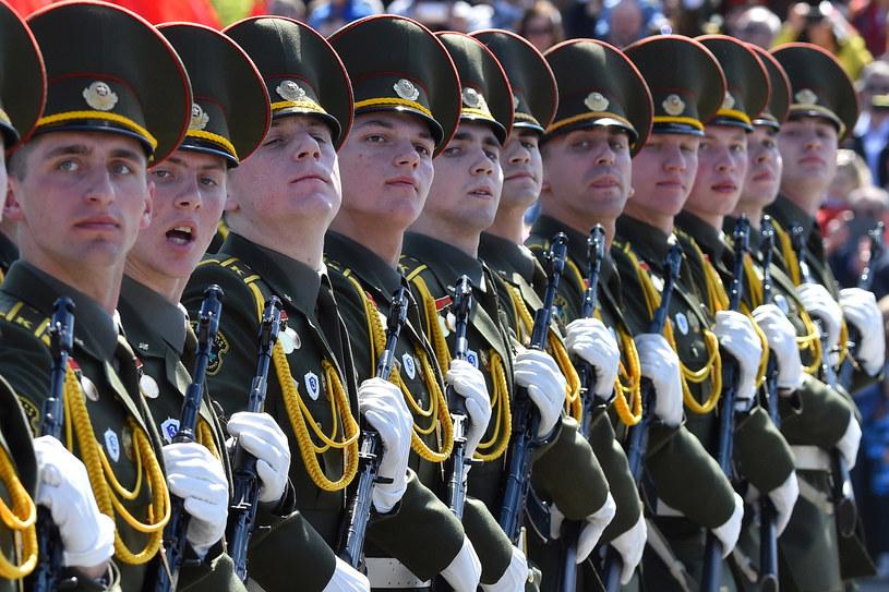 Defilada wojskowa w Mińsku w 2015 r. /MAXIM MALINOVSKY  /AFP