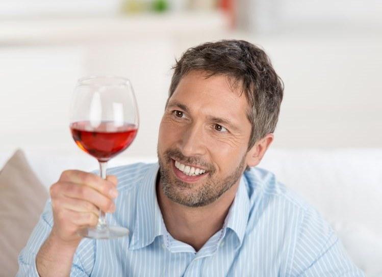 Degustator win do pracy przychodzi z uśmiechem /123RF/PICSEL