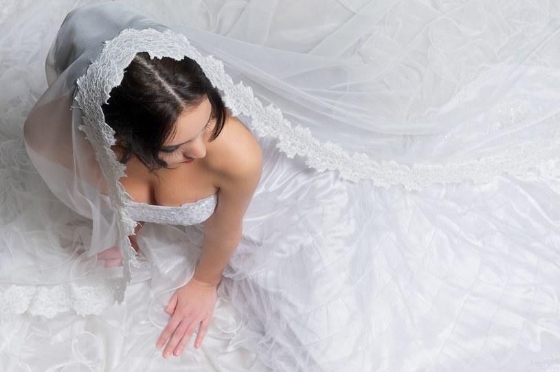 Dekolt panny młodej przykuwa uwagę wszystkich gości weselnych /123RF/PICSEL