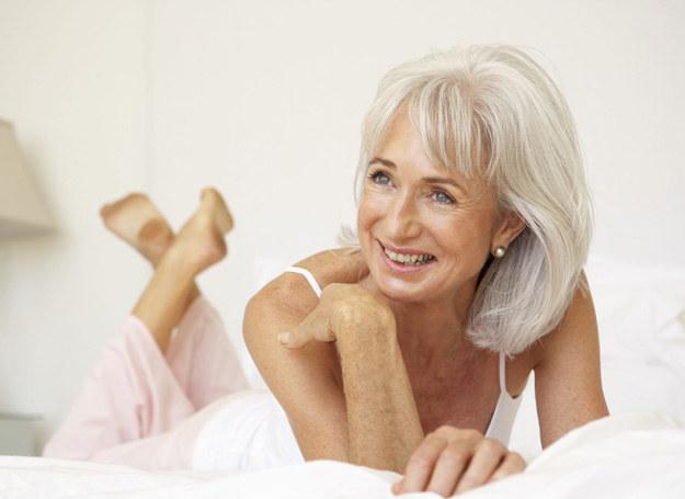 Dekolt zachowa sprężystość dzięki wzmacniającym włókna kolagenowe zabiegom oraz masażowi /123RF/PICSEL