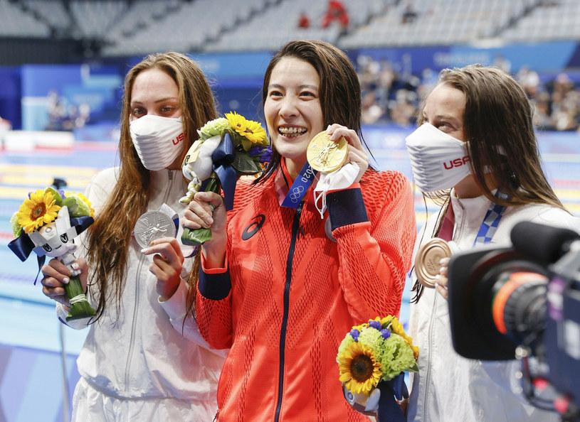 Dekoracja medalowa pływaczek na igrzyskach olimpijskich w Tokio /KYDPL KYODO/Associated Press/East News /East News