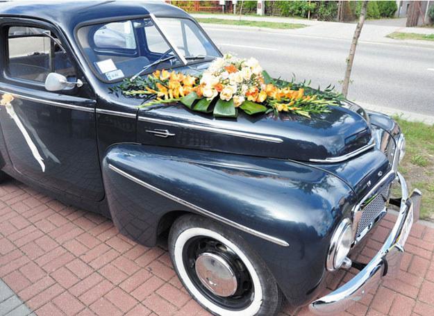 Dekorację samochodu można wykonać samemu lub wynająć do tego florystkę /Diamond Decor /Magazyn Wesele