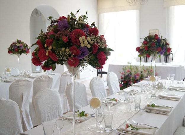 Dekoracje ślubne w kolorach różu, umiejętnie użyte, doskonale podkreślą charakter uroczystości /Flower Land /abcslubu.pl