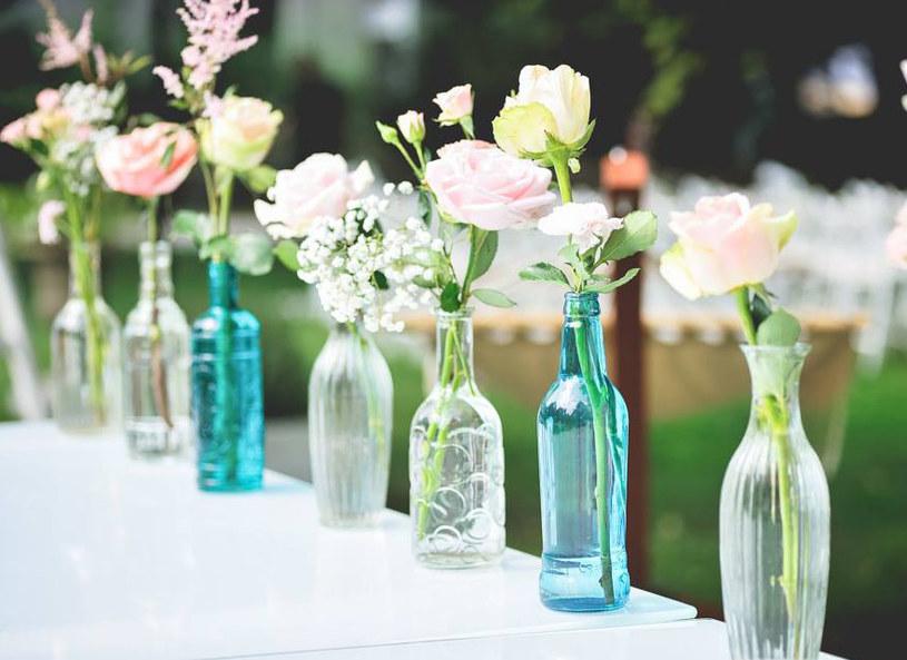 Dekoracje z naturalnych kwiatów zawsze wyglądają pięknie /PDG Studio /materiały prasowe