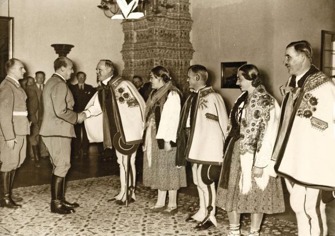 Delegacja górali na Wawelu w czasie uroczystych obchodów urodzin Adolfa Hitlera w 1940 roku /Narodowe Archiwum Cyfrowe /materiały prasowe