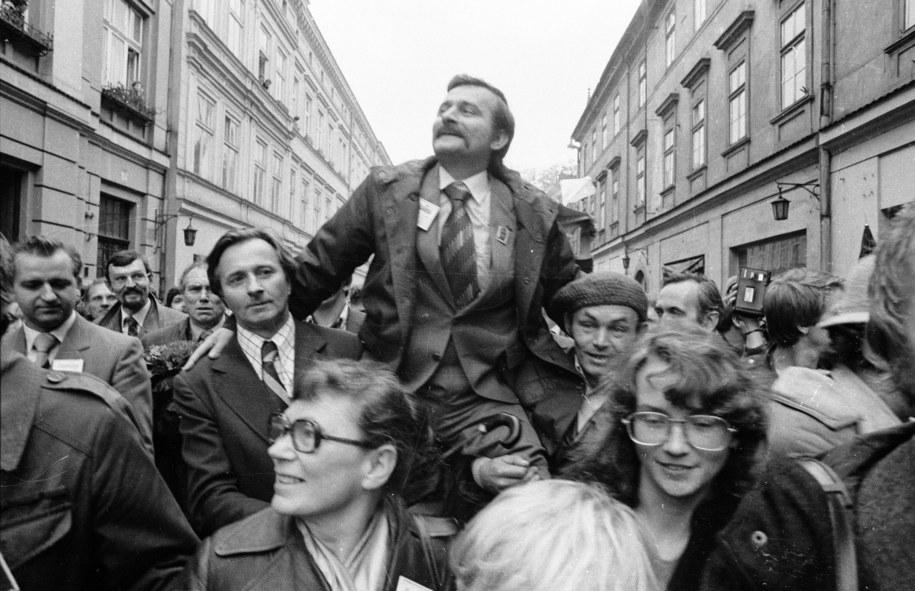 """Delegacja """"Solidarności"""" z Lechem Wałęsą, Kraków, 19.10.1980 r. /Maciej Sochor /PAP"""
