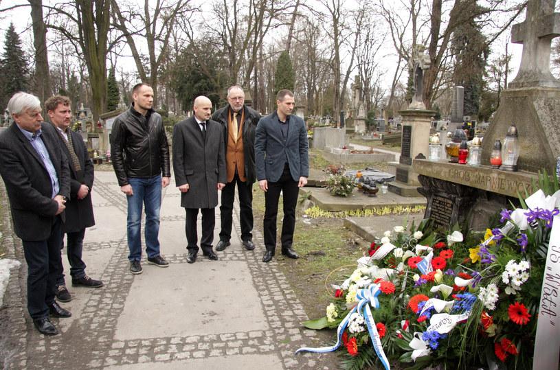 Delegacja Wisły (od lewej: Kazimierz Kmieck, Tomasz Kulawik, Arkadiusz Głowacki, Jacek Bednarz, Tadeusz Czerwiński i Radosław Sobolewski) na grobie Henryka Reymana. /www.wisla.krakow.pl